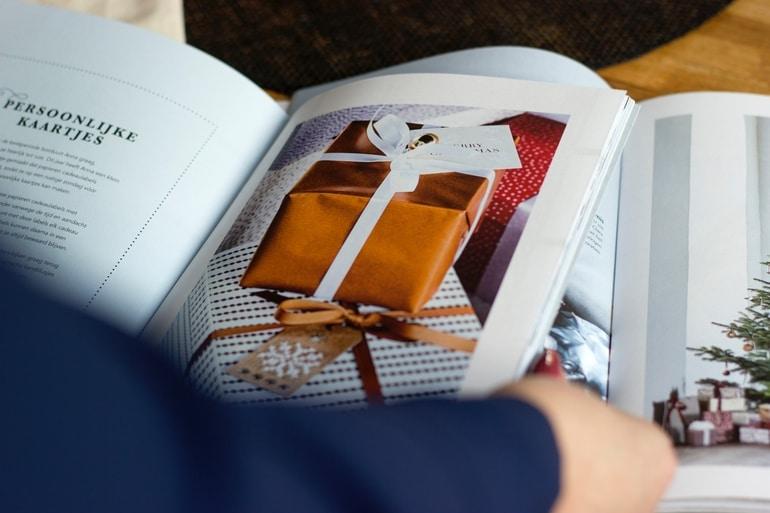 pessoa lendo revistas e catálogos