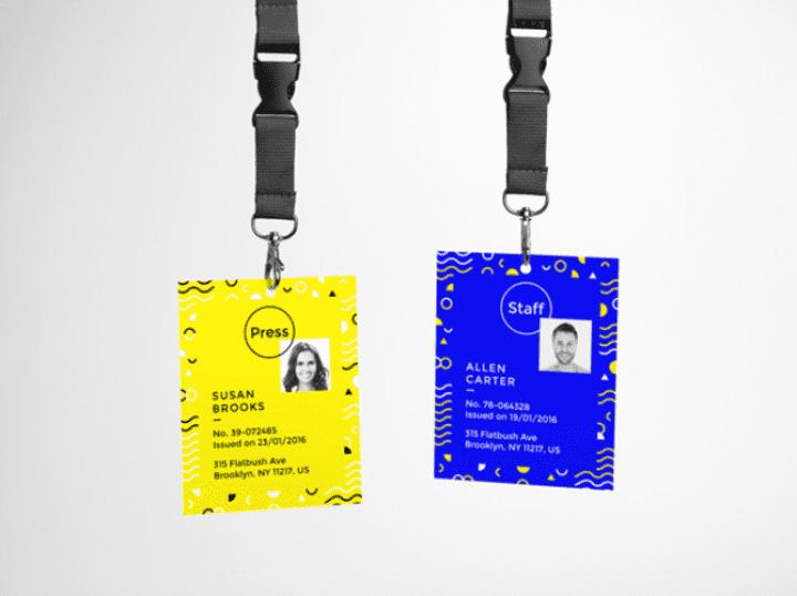 foto de duas credenciais para eventos
