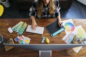 foto de uma mulher se preparando para mandar o arquivo para a gráfica