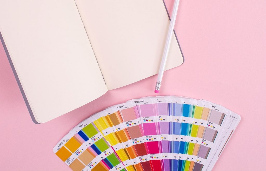foto de uma paleta de cores, representando a diferença rgb ou cmyk