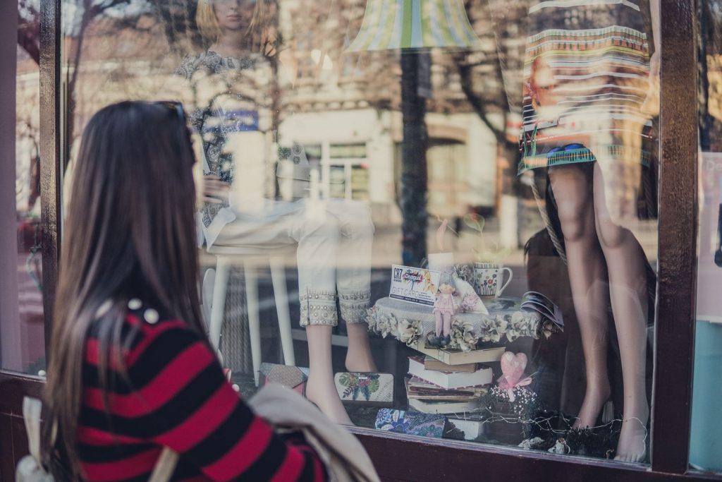 foto de mulher olhando vitrine com elementos visuais