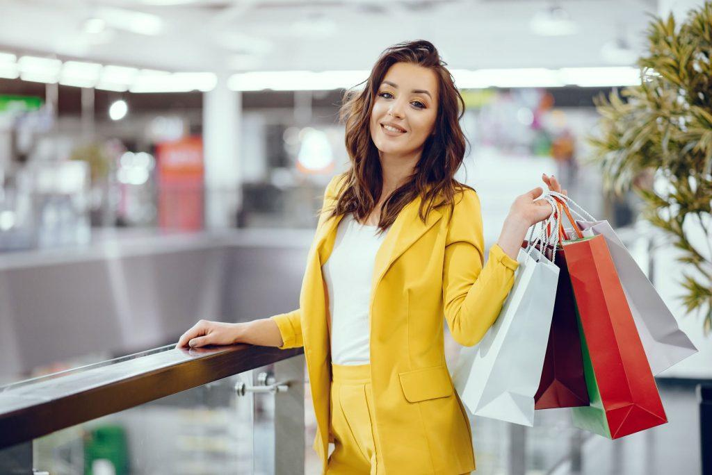 foto de mulher com sacolas promocionais em shopping